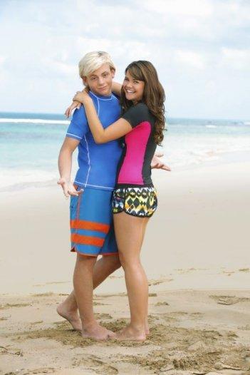Teen Beach Movie: gli interpreti Ross Lynch e Maia Mitchell sulla spiaggia in una foto promozionale