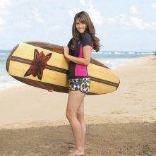 Teen Beach Movie: Maia Mitchell sulla spiaggia con la sua tavola da surf in una foto promozionale