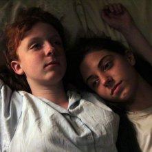 Foxfire - Ragazze cattive: Raven Adamson e Katie Coseni in un toccante momento del film