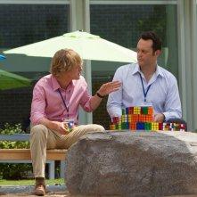 Gli stagisti: Owen Wilson e Vince Vaughn alle prese con il cubo di Rubik in una scena