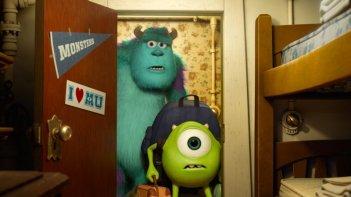 Monsters University: Mike e Sulley arrivano nella loro stanza in una scena del film