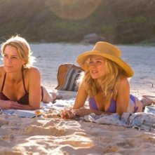 Naomi Watts e Robin Wright  in spiaggia in una scena di Two Mothers