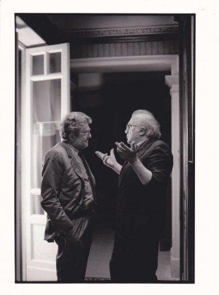 Che strano chiamarsi Federico: Ettore Scola a colloquio con Federico Fellini in una foto in b/n tratta dal film