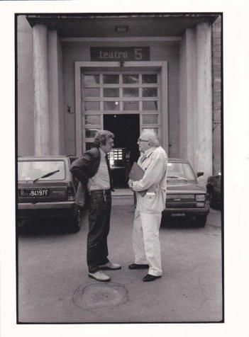 Che strano chiamarsi Federico: Ettore Scola e Federico Fellini in una foto in b/n tratta dal film
