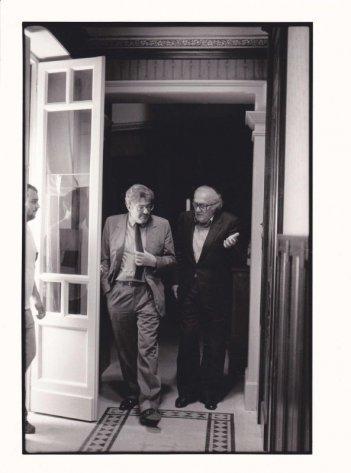 Che strano chiamarsi Federico: Ettore Scola insieme a Federico Fellini in una foto in b/n tratta dal film