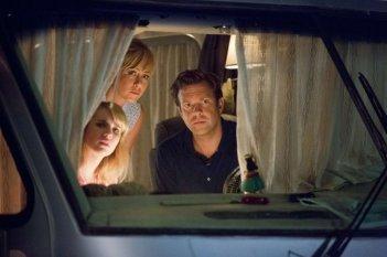 Come ti spaccio la famiglia: Jennifer Aniston, Emma Roberts e Jason Sudeikis in una scena
