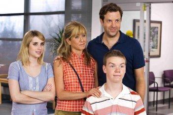 Come ti spaccio la famiglia: Jennifer Aniston, Emma Roberts, Will Poulter e Jason Sudeikis sono i Miller in una scena