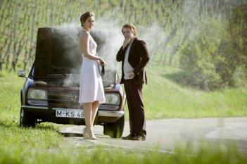 Rush: Daniel Bruhl con Alexandra Maria Lara in una scena del film
