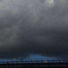Sacro GRA: il Grande Raccordo Anulare di Roma coperto da nuvole in una scena