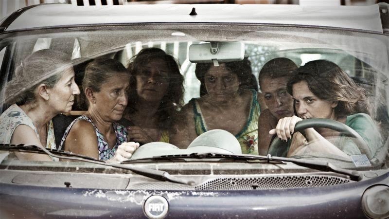 Via Castellana Bandiera: la regista e interprete del film Emma Dante in una scena di gruppo