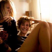 Feuchtgebiete: Carla Juri e Marlen Kruse ridono in una scena del film