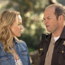 True Blood: Chris Bauer e Lauren Bowles nell'episodio Fammi entrare