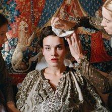 Mary Queen of Scots: Camille Rutherford in una scena assistita dalle sue dame di compagnia