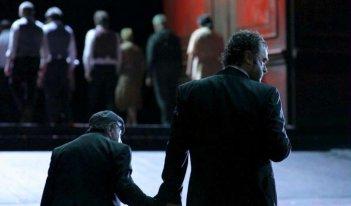 Sangue: Pippo Delbono e Giovanni Senzani in una scena