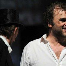 Sangue: Pippo Delbono sorride sul set del film