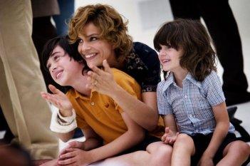 Anni felici: Micaela Ramazzotti mamma felice in una tenera scena