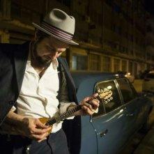 Indebito: Vinicio Capossela in una scena del documentario sul blues ellenico dei rebetes contro il potere