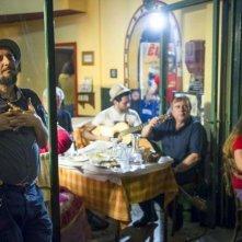Indebito: Vinicio Capossela in una scena del documentario sul blues greco
