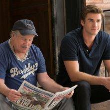 Liam Hemsworth con Richard Dreyfuss nel film Il potere dei soldi