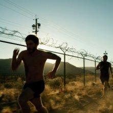 Lone Survivor: Emile Hirsch in fuga in una scena del film