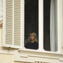 Aspirante vedovo: Luciana Littizzetto alla finestra in una scena