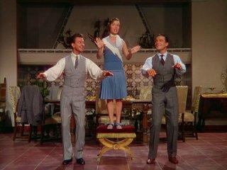 Donald O'Connor, Debbie Reynolds e Gene Kelly in una scena di Cantando sotto la pioggia