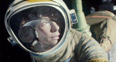 Gravity: Sandra Bullock fluttua nello spazio in una scena