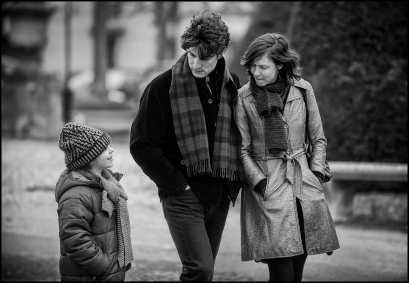 La jalousie: Louis Garrel e Anna Mouglalis in una scena del film in b/n