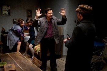 Walesa. Man of Hope: Robert Wieckiewicz insieme a Agnieszka Grochowska e Anna Seniuk in una drammatica scena