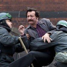 Walesa. Man of Hope: Robert Wieckiewicz nei panni di Lech Walesa mentre cerca di divincolarsi dalla polizia