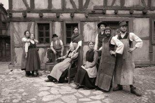 Die andere Heimat: una scena in bianco e nero di gruppo tratta dal film