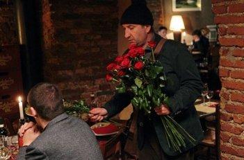 L'Intrepido: Antonio Albanese vende rose nei ristoranti in una scena tratta dal film