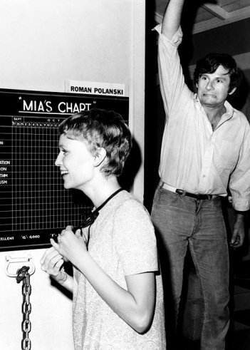 Roman Polanski con Mia Farrow sul set di Rosemary's Baby - l'attrice teneva in roulotte delle lavagnette sulle quali segnava una 'pagella' sui membri della troupe.