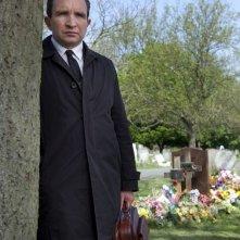 Still Life: Eddie Marsan in una scena del film