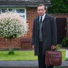 Still Life: Eddie Marsan in una scena tratta dal film