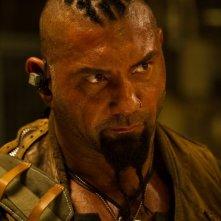 Dave Bautista in una scena di Riddick