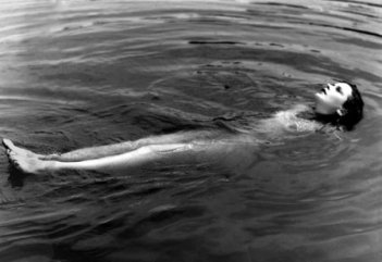 Hedy Lamarr nuda in una celebre scena di Estasi (1933)