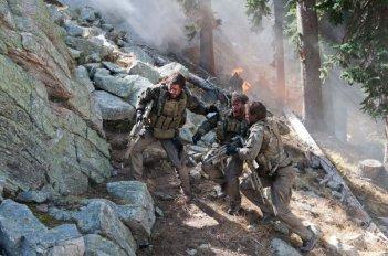 Lone Survivor: Taylor Kitsch, Mark Wahlberg e Emile Hirsch in una scena del fillm