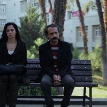 Nobody's Home: Ahu Türkpençe in una scena insieme a Sekvan Serinkaya