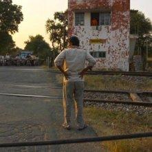 Siddhart: il protagonista Rajesh Tailang di spalle in una scena