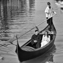 Venezia Salva: Roxana Kenjeva e David Riondino in una scena in b/n