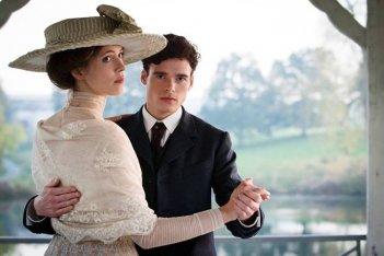 Une promesse: Rebecca Hall in una scena del film con Richard Madden