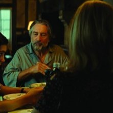 The Family: Dianna Agron, Robert De Niro, Michelle Pfeiffer e John D'Leo a tavola