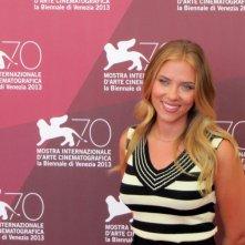 Una sorridente Scarlett Johansson presenta Under the Skin a Venezia, durante la 70esima edizione del Festival