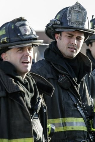 Chicago Fire: David Eigenberg e Taylor Kinney nell'episodio Under the Knife