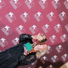 Elena Cotta con la Coppa Volpi vinta per il film Via Castellana Bandiera a Venezia 2013