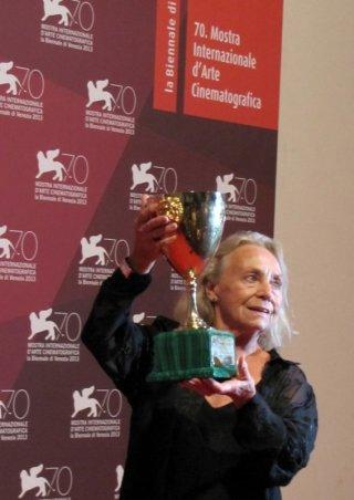 Elena Cotta con la Coppa Volpi vinta per Via Castellana Bandiera a Venezia 2013