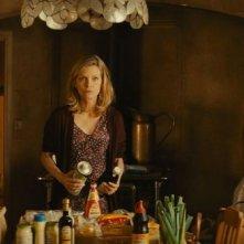 Cose nostre - Malavita: Dianna Agron con Michelle Pfeiffer e John D'Leo in una scena del film