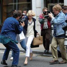 Diana: Naomi Watts cerca di scacciare i paparazzi in una scena del film