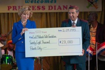 Diana: Naomi Watts durante una festa di beneficienza nei panni di Diana Spencer